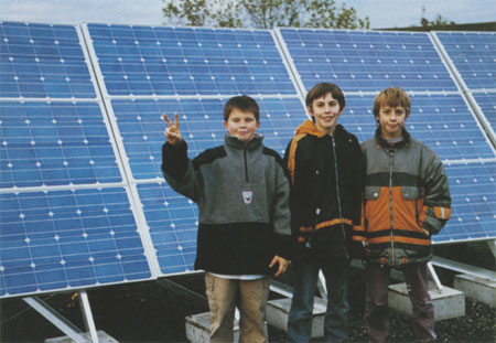 Jungen vor Solarmodulen