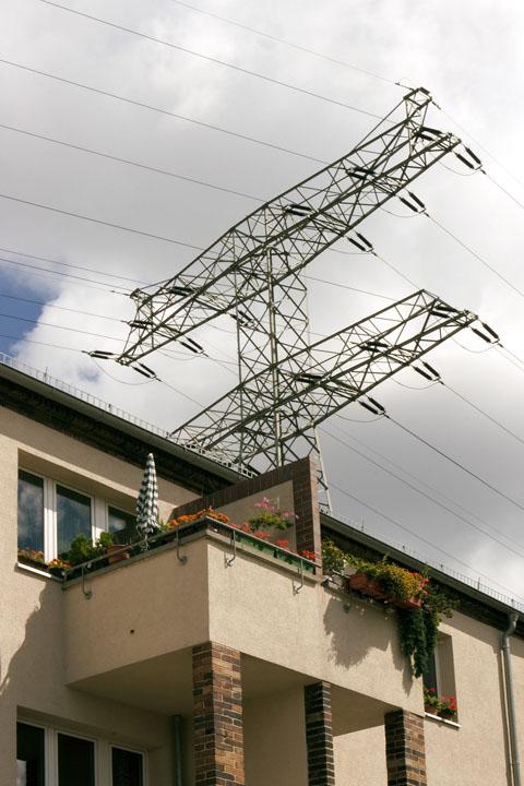 Starkstromleitung über einem Wohnhaus