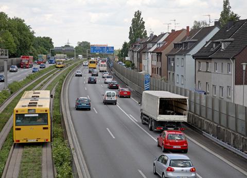 Wohngebiet mit Lärmschutzwand an einer Autobahn