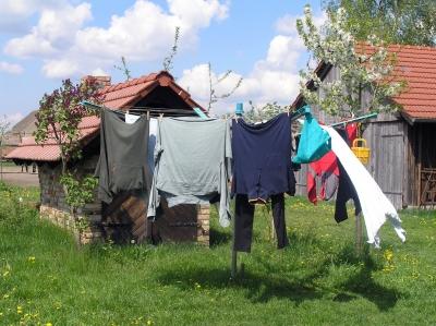Kleidung auf einer Wäschespinne